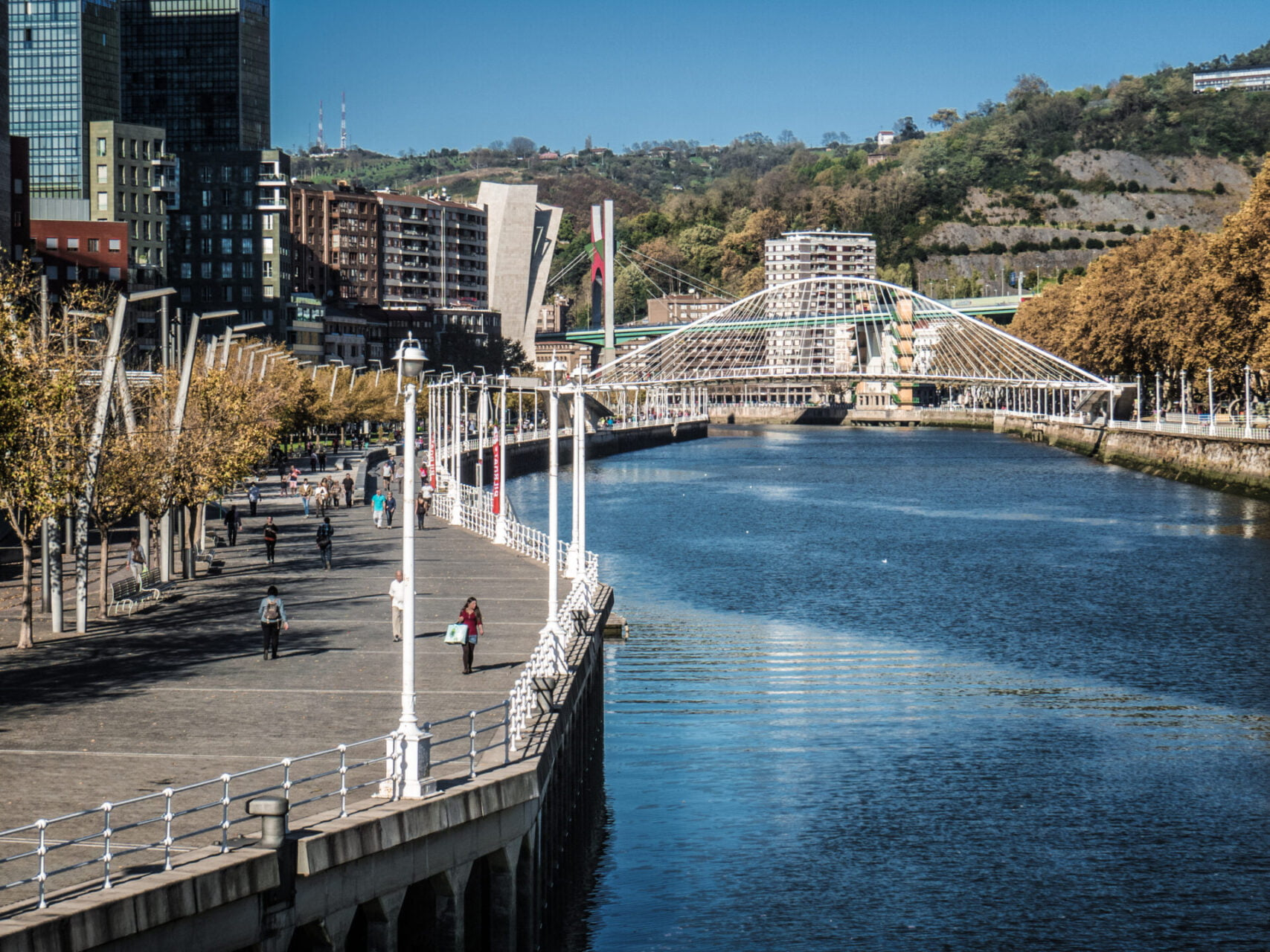 Via de Zibizuri van de ene naar de andere oever in Bilbao