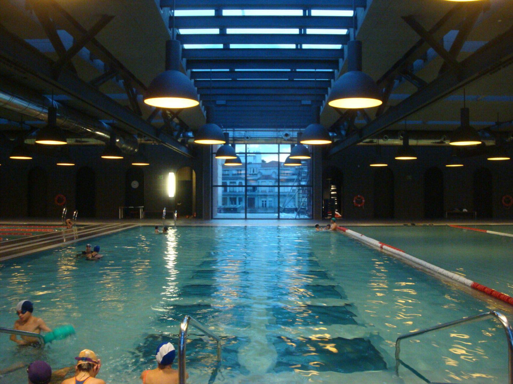 Zwemmen op het plafond van Azkuna Zentroa in Bilbao
